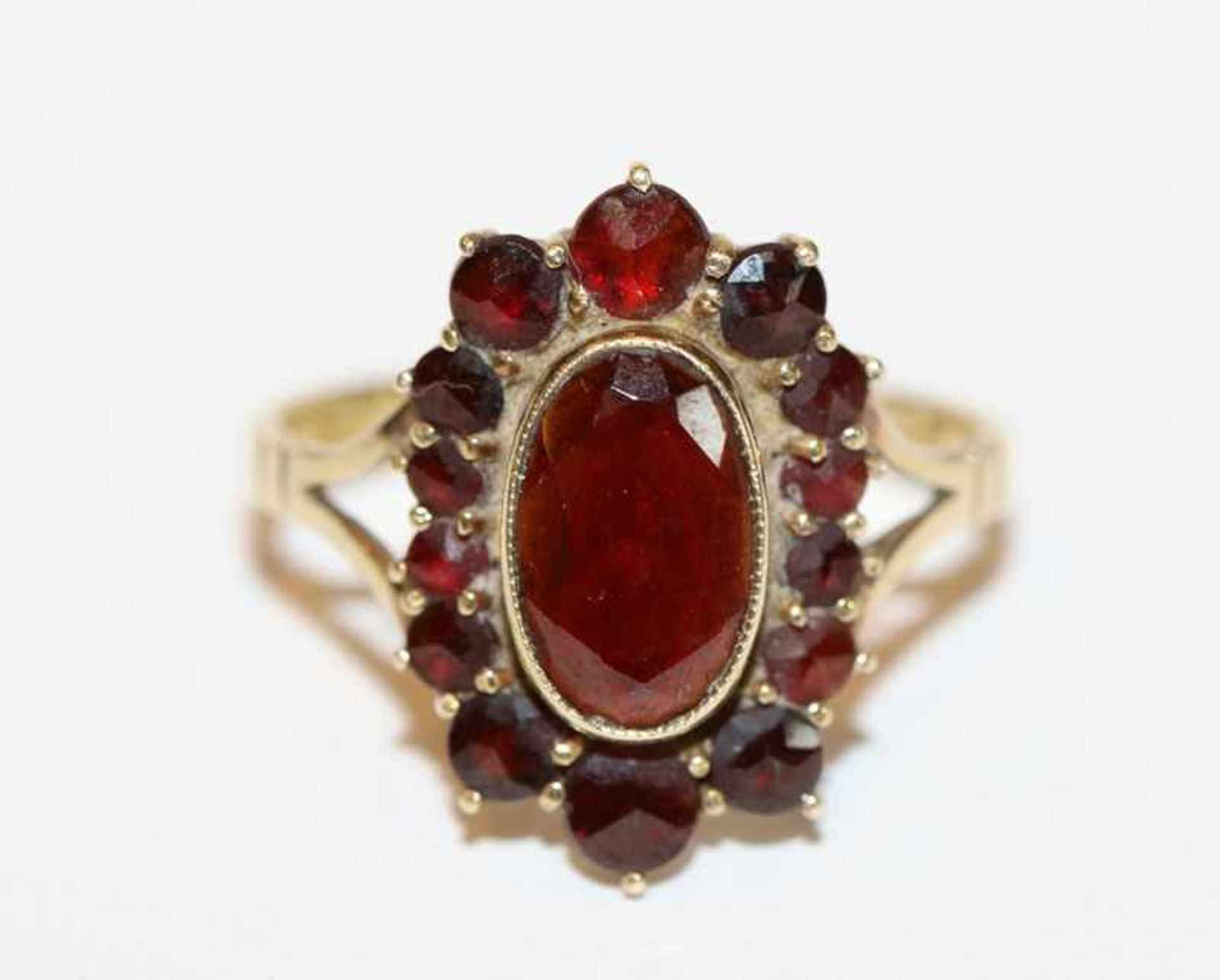 Los 89 - 8 k Gelbgold Ring mit Granaten, Gr. 57
