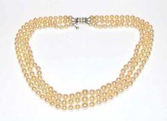 Perlencollier, 3-reihig, Perlen 6-9 mm, 18 k (geprüft) Weißgold-Schließe mit 6 Diamanten, L 46 cm
