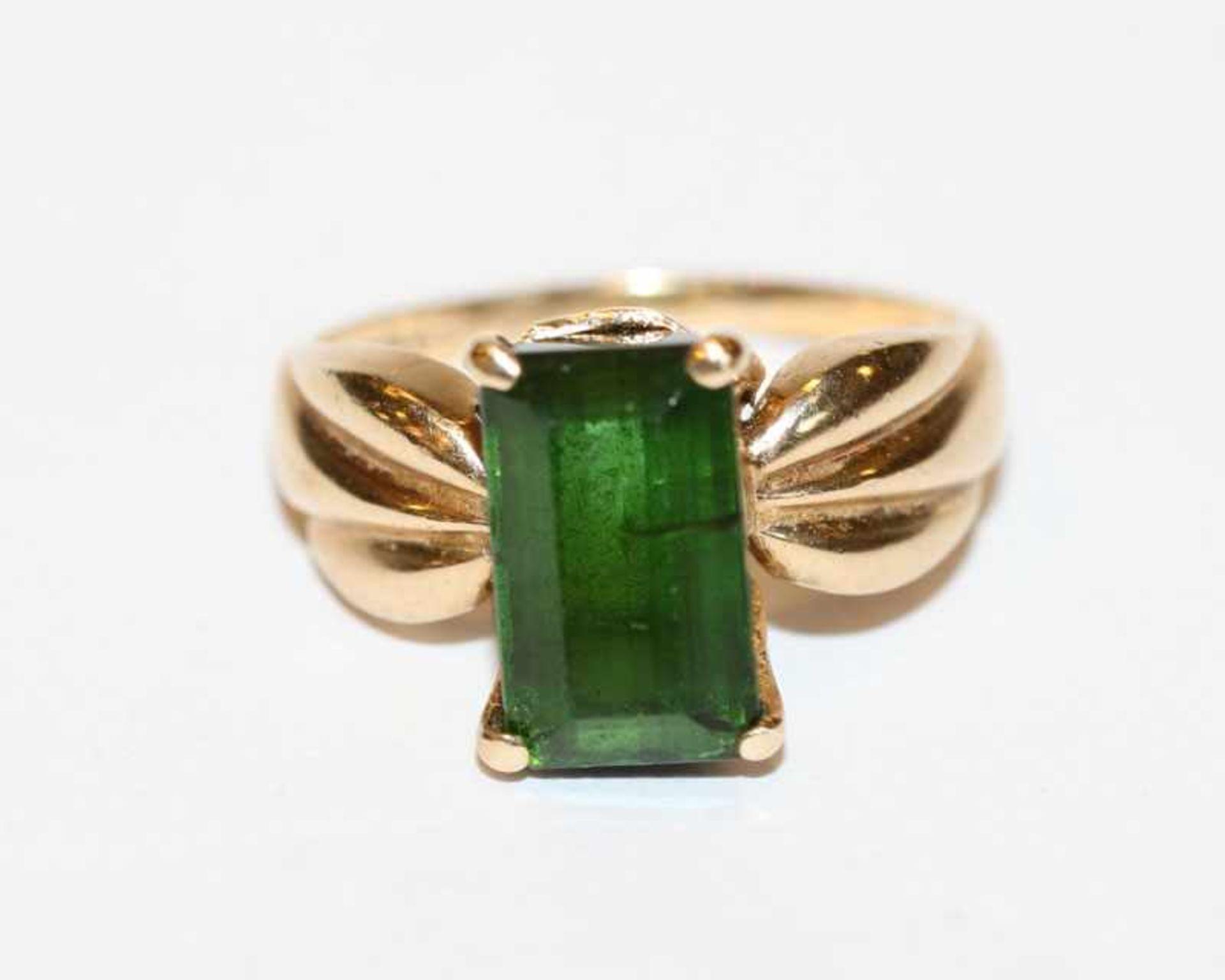 Los 53 - 10 k Gelbgold Ring mit grünem Farbstein, Gr. 56, 4 gr.