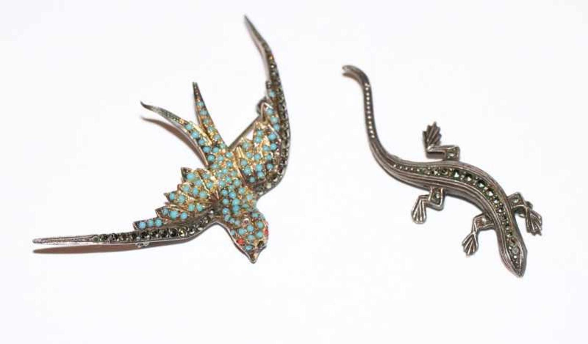 Los 3 - 2 Silber Tierbroschen 'Schwalbe', B 6 cm, und 'Echse', B 5 cm, teils fehlen Steine