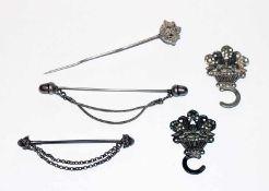 Silber Konvolut: 2 Miederhaken, 13 Lot Silber, 19. Jahrhundert, und 2 Schürzennadeln, B 7/9 cm und