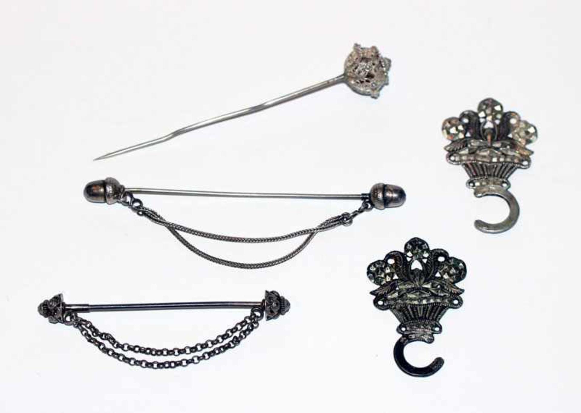 Los 42 - Silber Konvolut: 2 Miederhaken, 13 Lot Silber, 19. Jahrhundert, und 2 Schürzennadeln, B 7/9 cm und