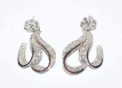 Paar Platin Ohrstecker mit ca. 7 ct. Diamanten, L 4,5 cm, sehr schöne Handarbeit