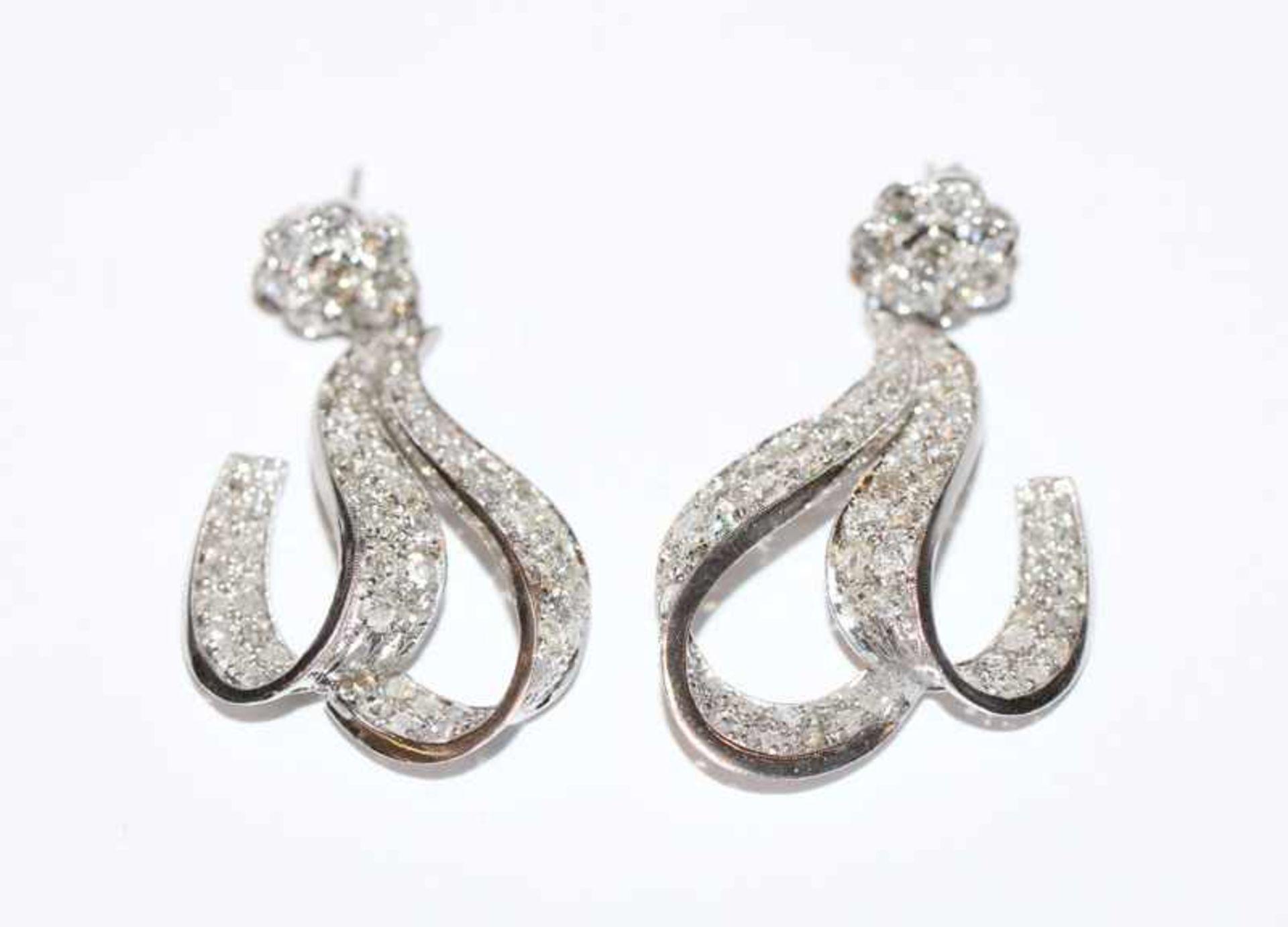 Los 93 - Paar Platin Ohrstecker mit ca. 7 ct. Diamanten, L 4,5 cm, sehr schöne Handarbeit