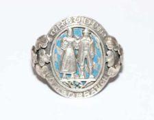 Silber Tuchring mit reliefiertem Trachtenpaar und 'Treu dem alten Brauch', Ringschiene verziert