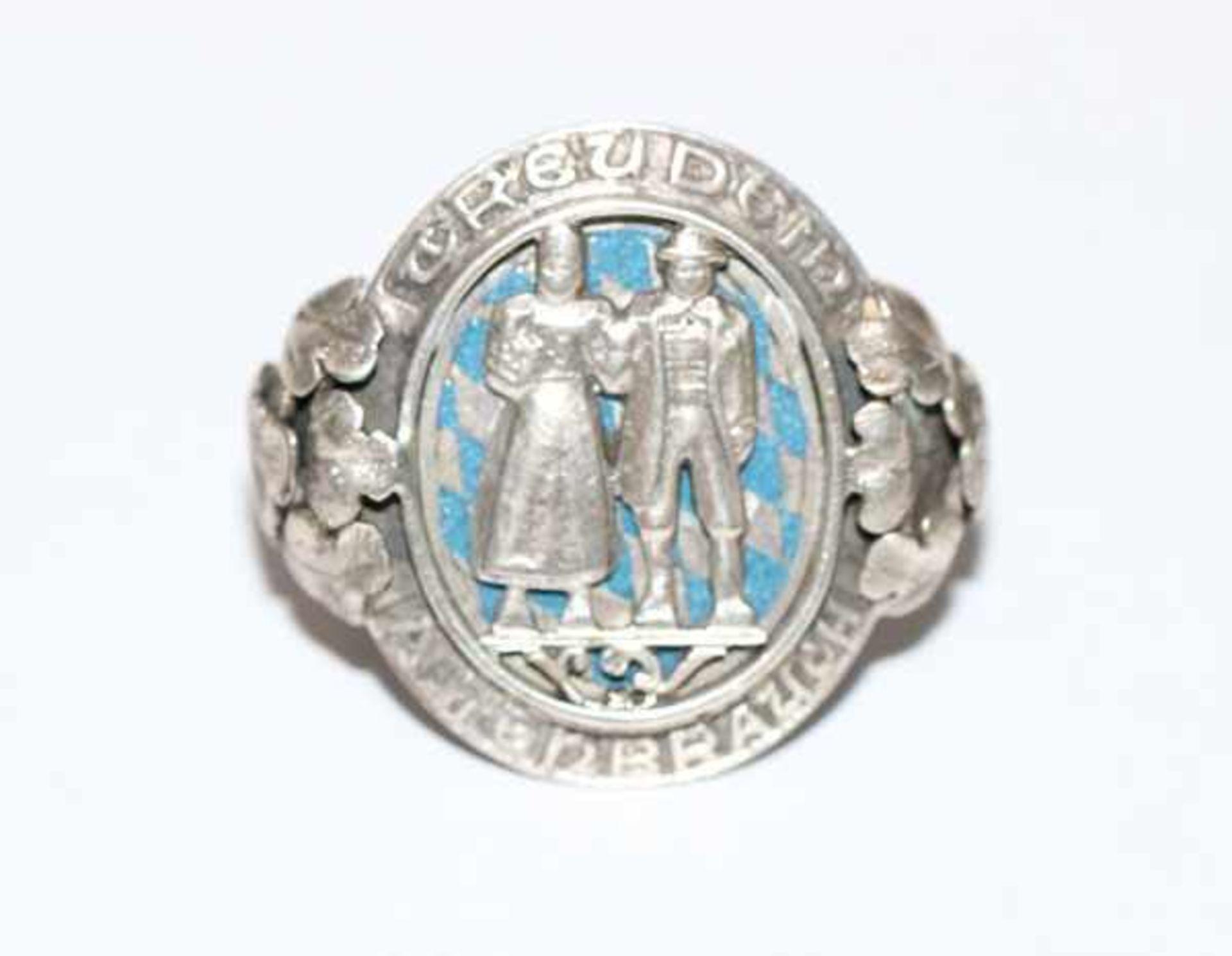 Los 18 - Silber Tuchring mit reliefiertem Trachtenpaar und 'Treu dem alten Brauch', Ringschiene verziert