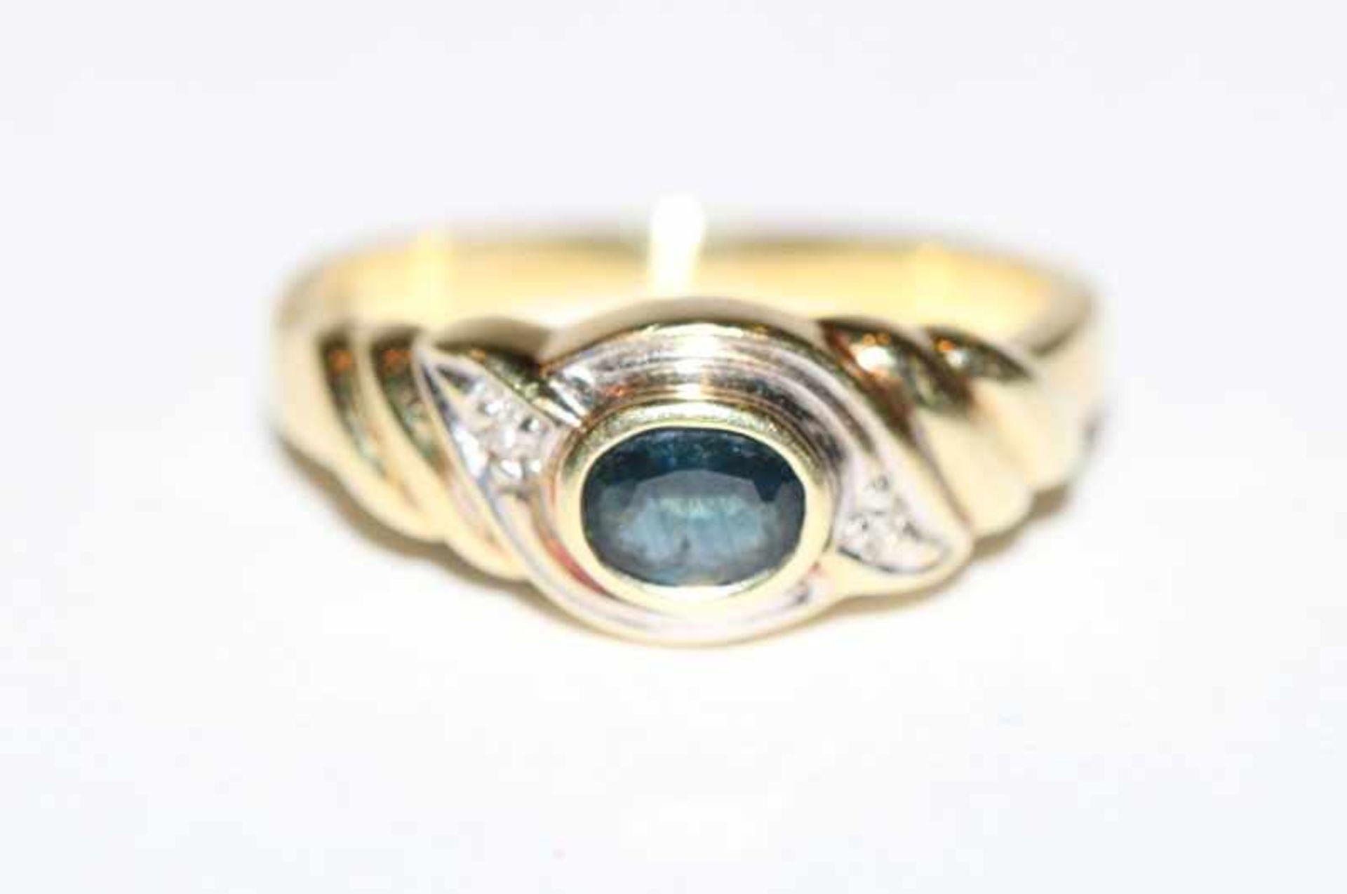 Los 14 - 14 k Gelb- und Weißgold Ring mit Safir und 2 kleinen Diamanten, 3,6 gr., Gr. 53