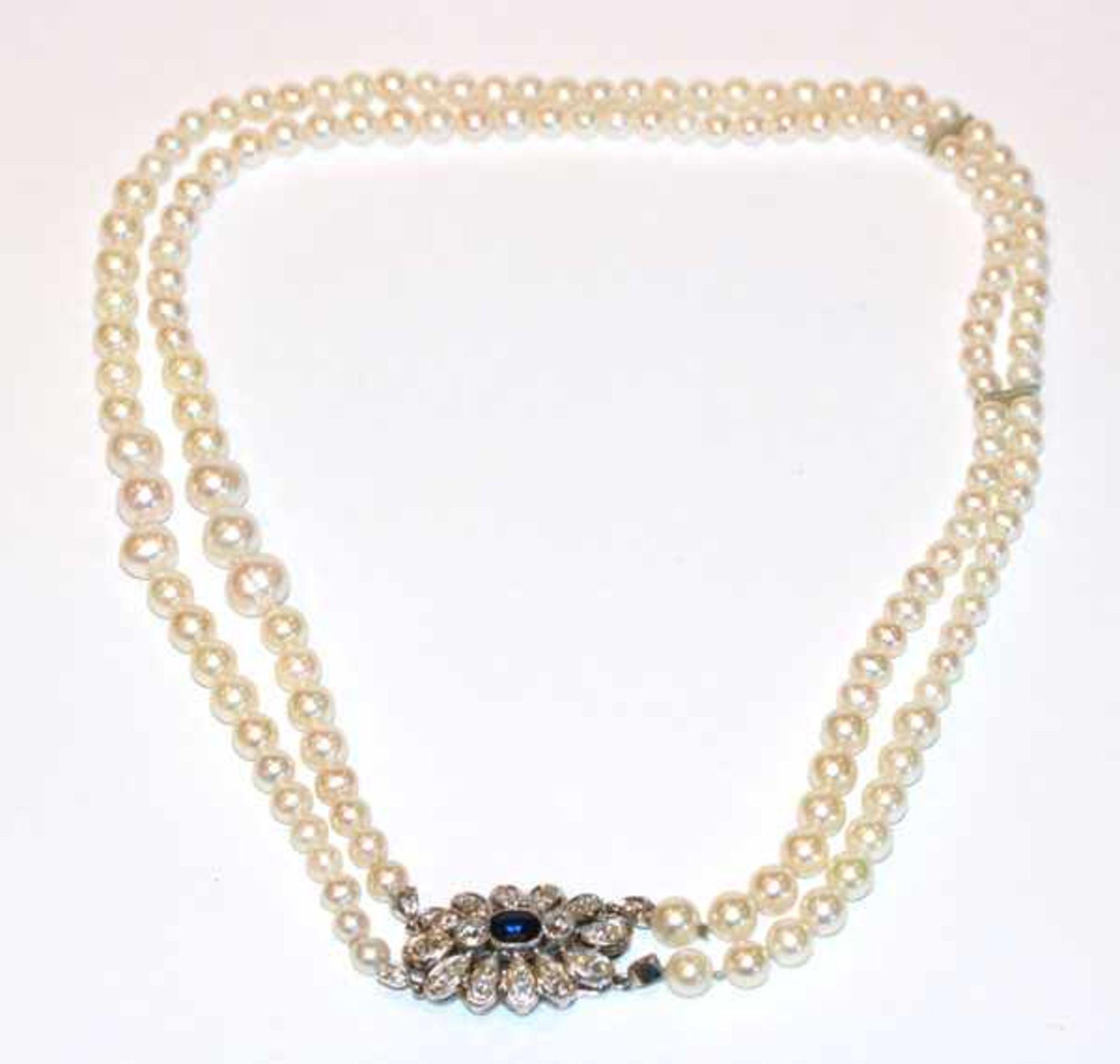 Los 97 - Perlencollier in Verlaufform, 2-reihig, 14 k Weißgold Schließe mit Safir und ca. 2 ct. Diamanten,