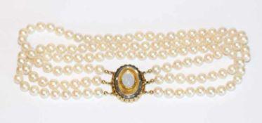 Perlencollier, 3-reihig mit 14 k Gelb- und Weißgold Schließe mit Mondstein, L 35 cm, klassische
