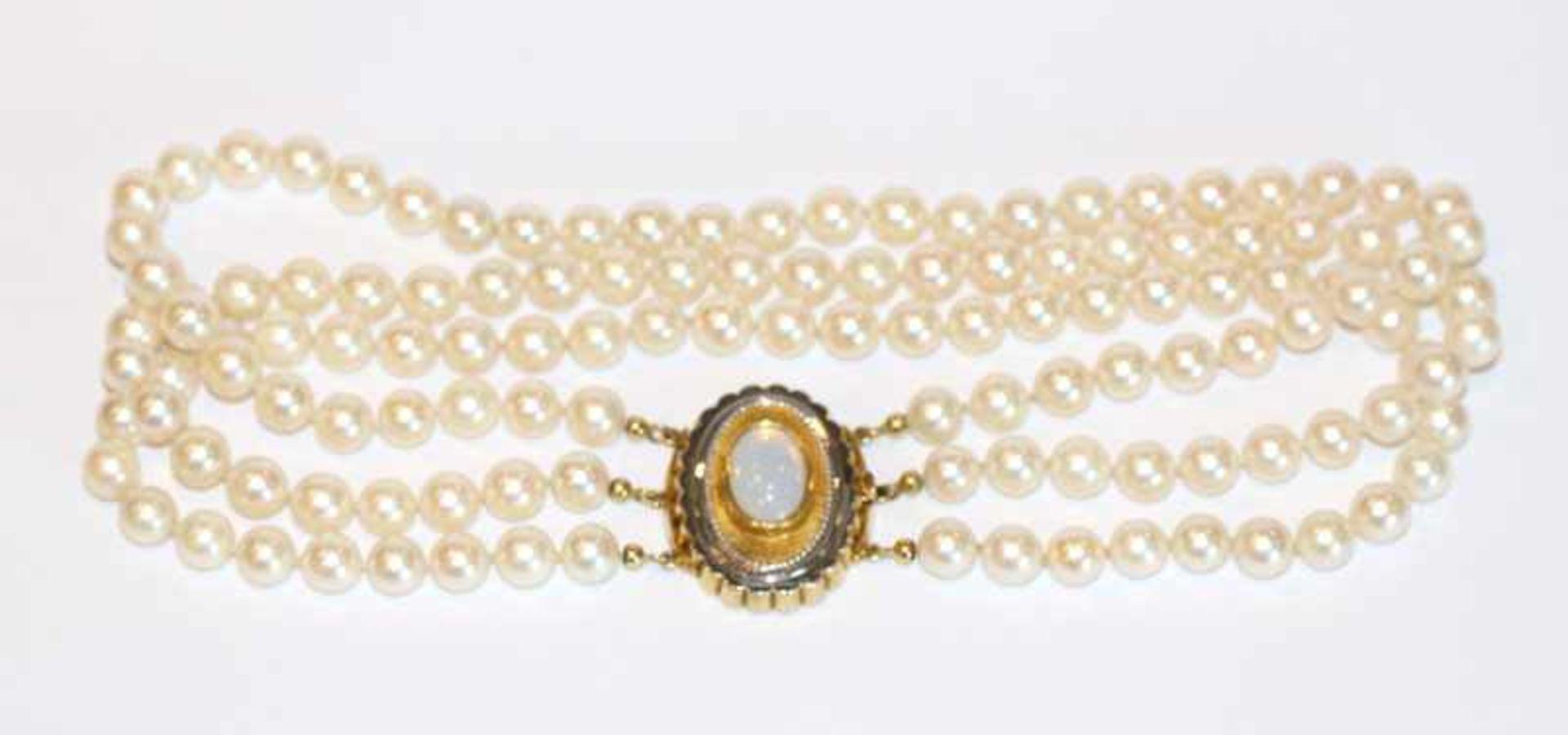 Los 80 - Perlencollier, 3-reihig mit 14 k Gelb- und Weißgold Schließe mit Mondstein, L 35 cm, klassische
