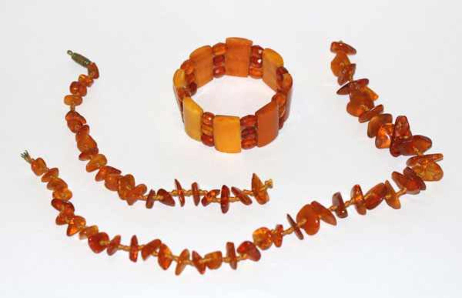 Bernstein Kette, gerissen, L 55 cm, und Armband, D 6 cm