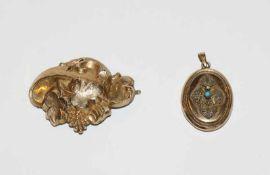 Doublé Brosche mit reliefiertem Traubendekor, B 5 cm, und Doublé Medaillon Anhänger mit