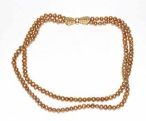 Perlenkette, 2-reihig mit 18 k Gelbgold Schließe, besetzt mit 63 Diamanten, L 40 cm, schöne