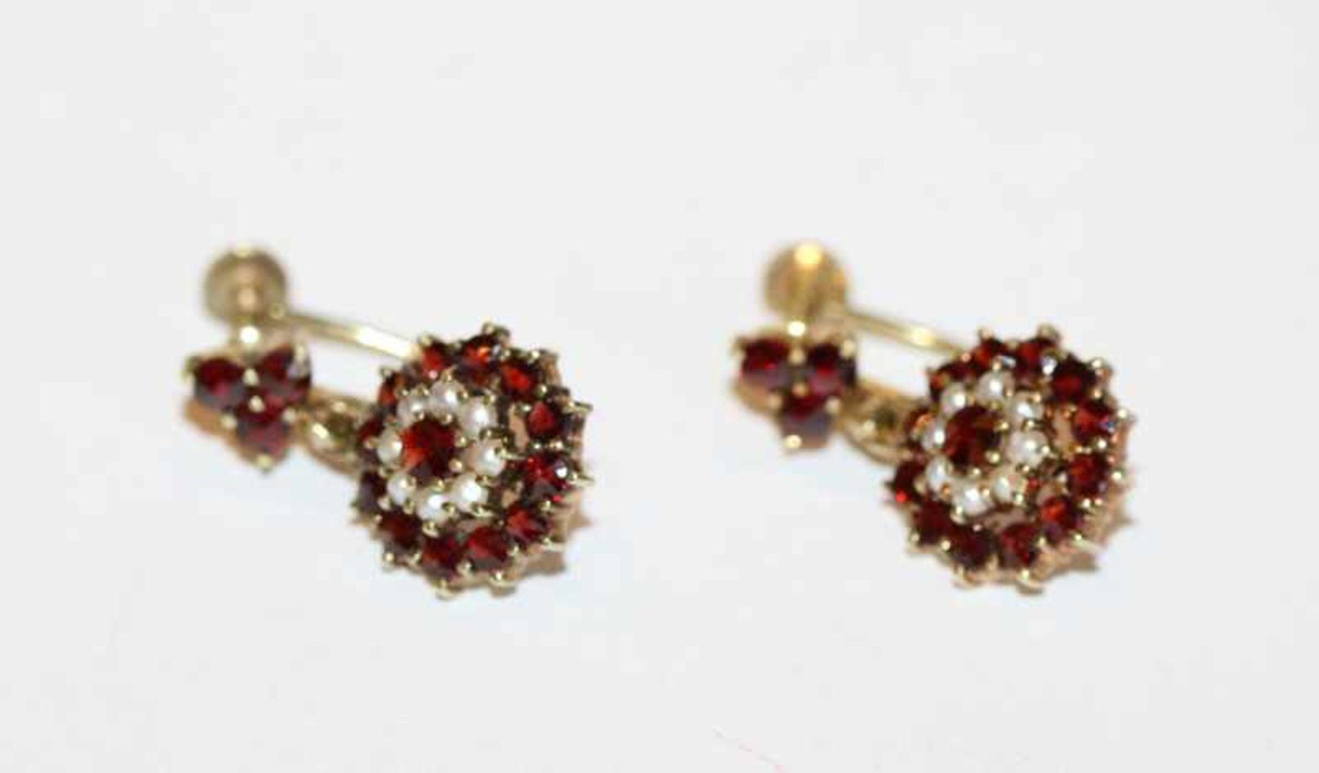 Los 16 - Paar 14 k Gelbgold Ohrhänger zum Schrauben mit Granaten und Perlchen, 5,4 gr., L 2 cm