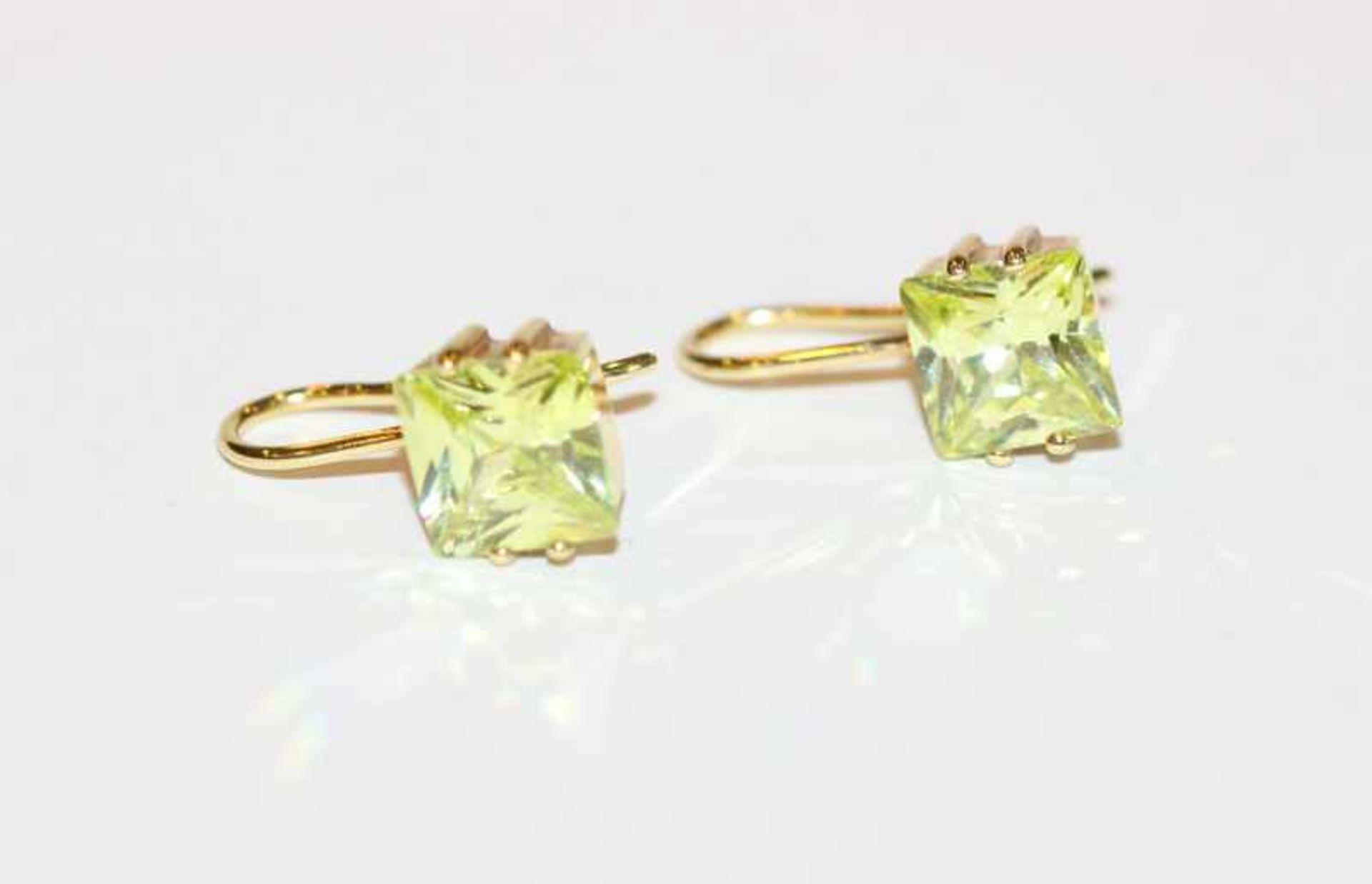 8 k Gelbgold Ohrhänger mit grünem, geschliffenem Glas