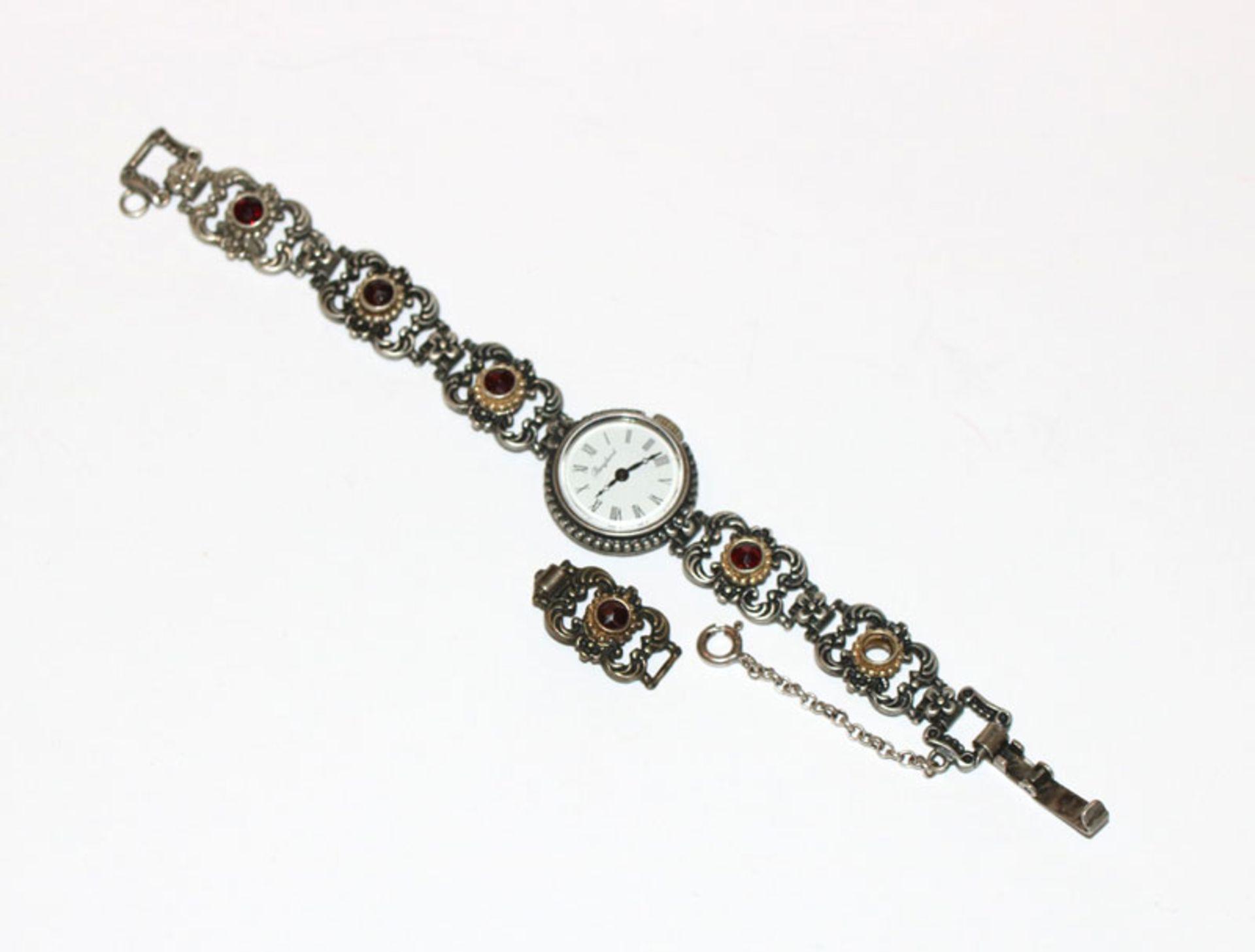 Silber Trachten-Armbanduhr, teils vergoldet mit Granaten, ein Stein fehlt, zusätzliches Glied anbei,