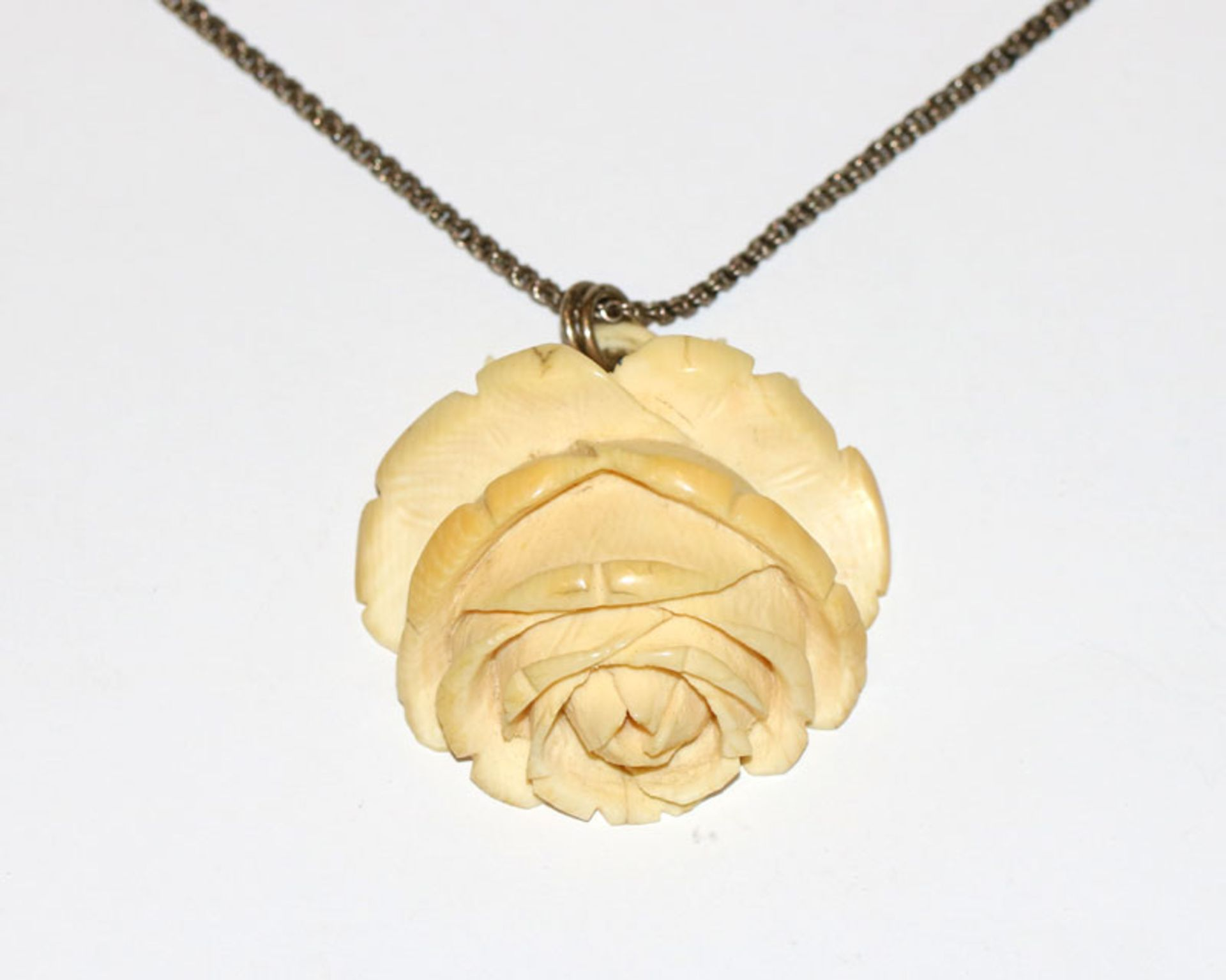 Elfenbein Anhänger 'Rose', 5,5 cm x 5,3 cm, an Silberkette, L 44 cm