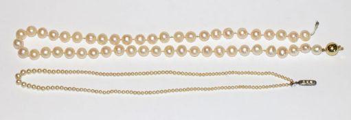 Perlenkette in Verlaufform mit Silberschließe, L 44 cm, und Perlenkette mit 14 k Gelbgold