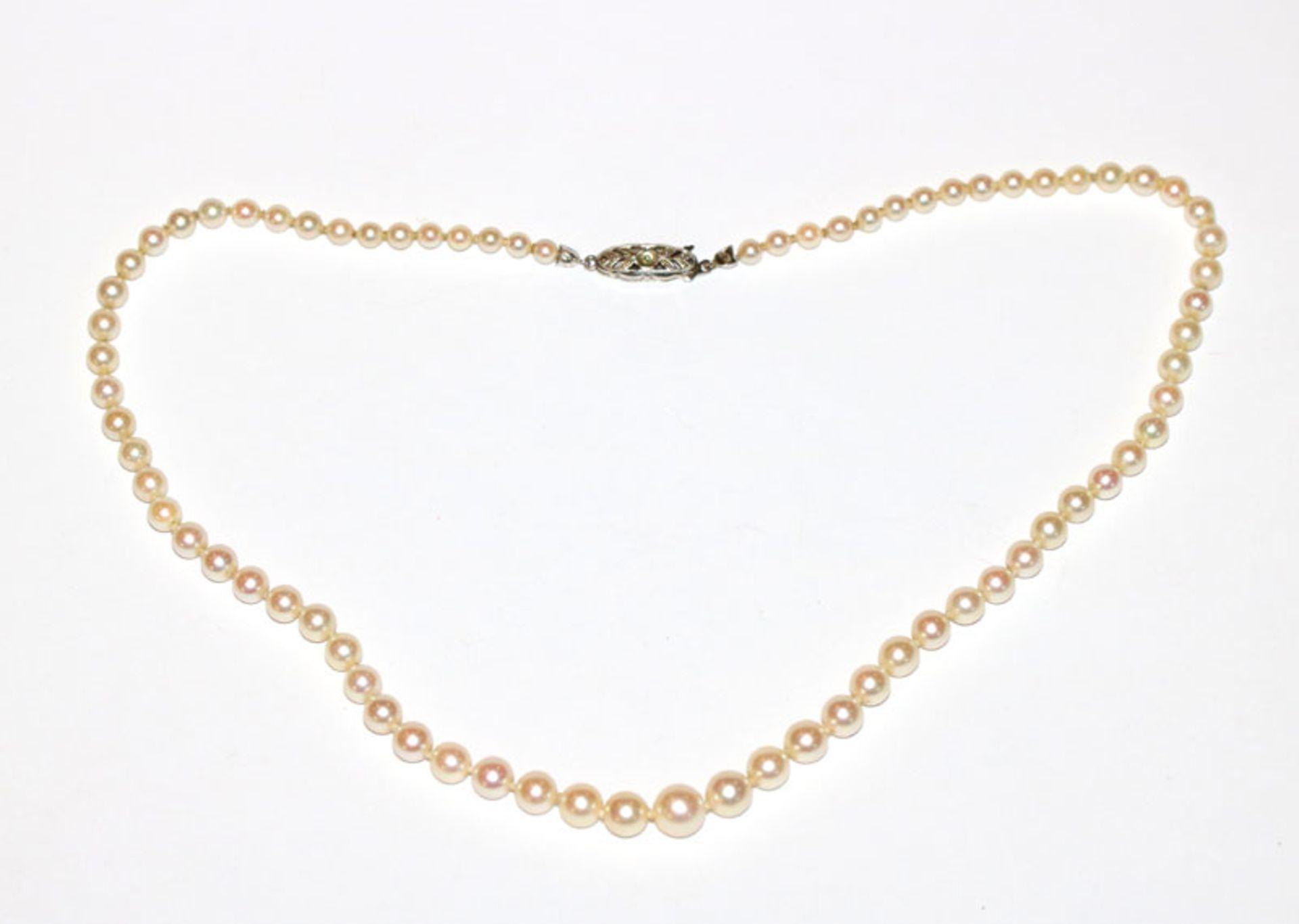 Schöne Perlenkette mit 14 k Weißgold Schließe, Perle fehlt, L 44 cm