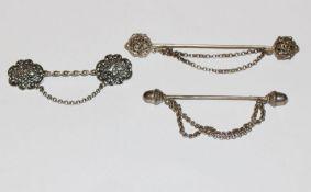 Konvolut von 3 Silber Schürzennadeln in verschiedenen Dekoren, B 6,5 bis 9 cm