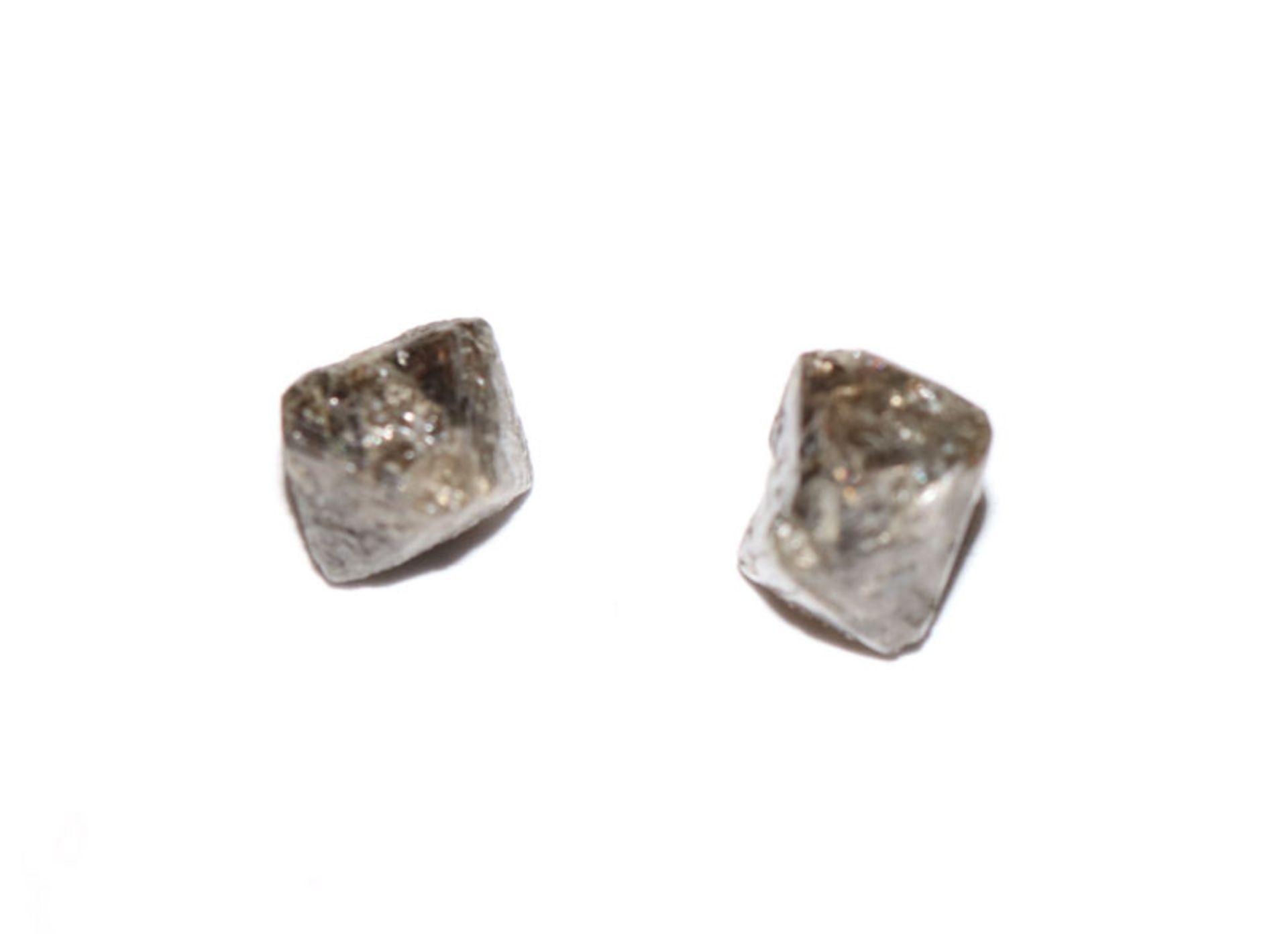 2 schwarze angeschliffene Rohdiamanten