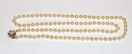 Perlenkette, ca. 7,5 mm Perlen, mit 18 k Weißgold Schließe in Blütenform mit einer Perle besetzt,