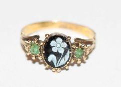 14 k Gelbgold (geprüft) Ring mit geschnitzter Blume in Lagestein und 2 grünen Farbsteinen, feine