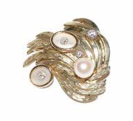 14 k Gelbgold Brosche, teils graviert, mit Diamanten, Perlmutt und Perle, ältere Handarbeit, B 3 cm,