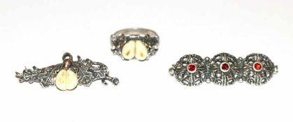 Silber Trachtenschmuck-Konvolut: Tuchnadel mit Granaten, B 4,5 cm, Brosche mit Grandeln, B 4 cm, und