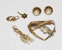 8 k Gelbgold Schmuck: Brosche, teils graviert mit 2 Perlen, B 3,6 cm, Paar Perlen-Ohrstecker, Paar
