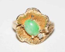 14 k Gelbgold Ring in Form eines Ginkoblattes mit Jade, Gr. 53, 6,2 gr.