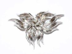 18 k Weißgold Brosche/Anhänger in plastischer Blätterform graviert mit 3 Diamanten, 17 gr., B 5,2