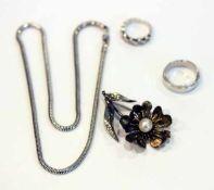 Silber Konvolut: Schlangenkette, L 44 cm, Brosche in Blütenform mit Perle, Blüte vergoldet, H 5,5