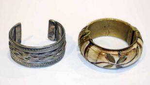 Metall/Bein Armreif, schön verziert, D ca. 6 cm, und Metall Armspange mit Reliefdekor, D 6,5 cm