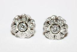 Paar 14 k Weißgold Ohrstecker in Blütenform mit Diamanten