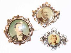 Konvolut von 3 Fotobroschen, eine in Silber und 2 Doublé, D 3/3,3 cm