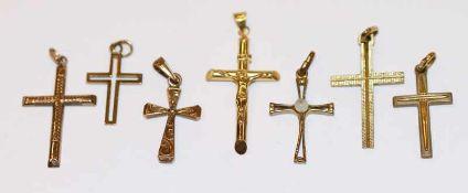 Konvolut von 7 Kreuzanhänger, 8 k Gelbgold, 4,9 gr., verschiedene Dekore