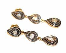 Paar dekorative Silber/vergoldete Ohrstecker in Tropfenform mit Diamanten, L 5 cm, schöne