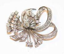 Dekorative 14 k Weißgold Brosche mit Diamanten, Mittelstein ca. 0,60 ct. Wesselton Pique und ca. 2
