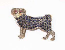 Silber Brosche in Form eines Mops, besetzt mit Safiren, Diamanten, Rubinen und Perlchen, B 4 cm,