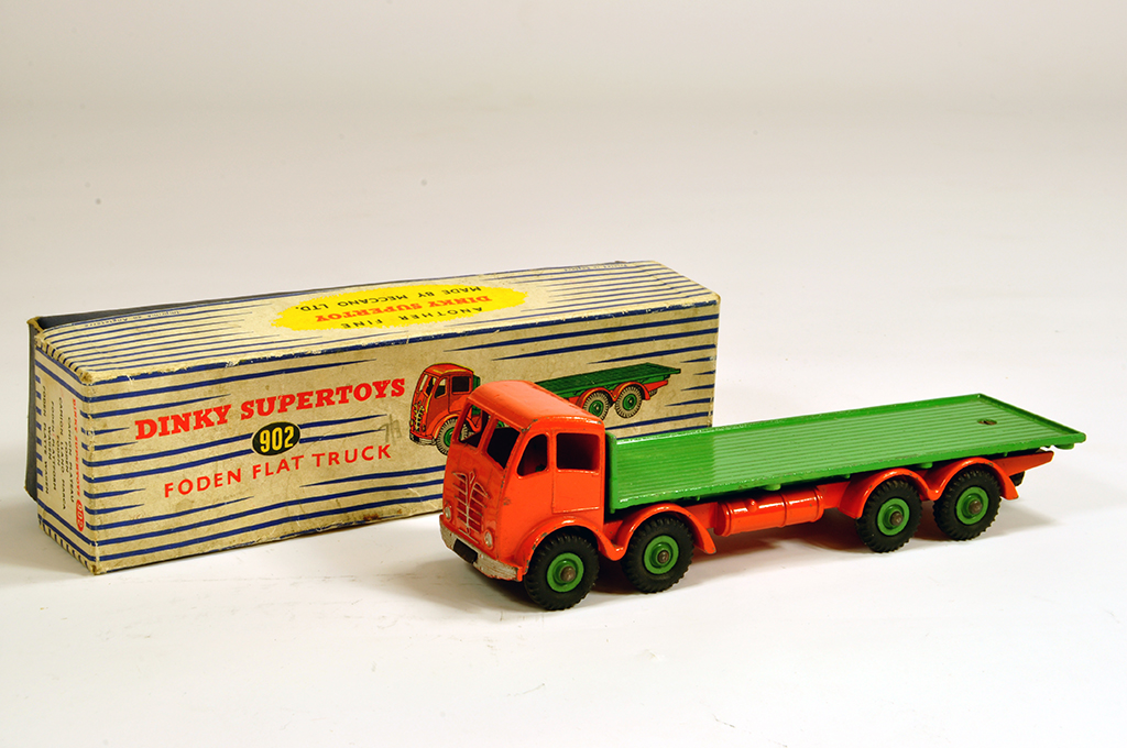 Lot 43 - Dinky No. 902 Foden (2nd type) Flat Truck in orange and green. E example in G Box.