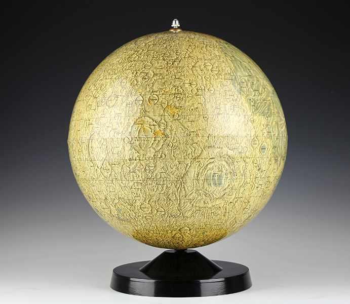 "Lot 7 - Globen - Astronomie - - Mondglobus Paul Räth. Leipzig 1976, ""Räths Erdmondglobus"", entworfen vom"