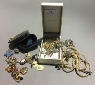 A small quantity of miscellaneous jewellery