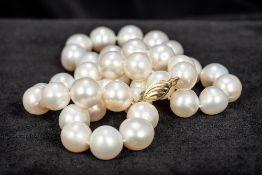 A pearl bead necklace Set with a 14 K gold clasp. 42 cm long.