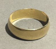 A 9 ct gold wedding band (3.
