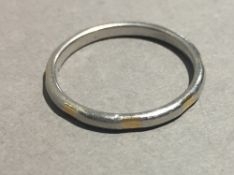 An 18 ct gold and platinum wedding band (3.