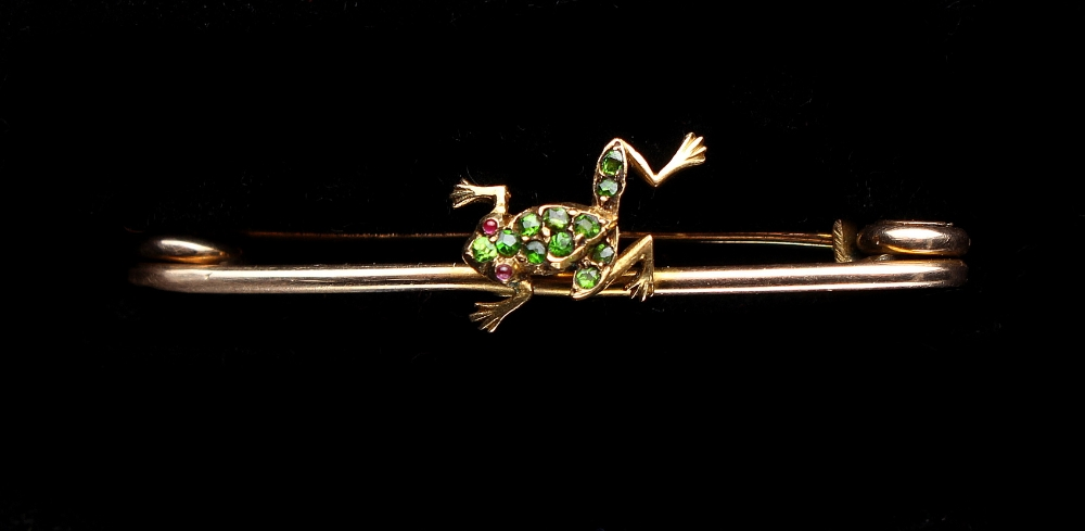 Lot 227 - A yellow gold demantoid garnet & ruby frog brooch, the body pave set with demantoids, with