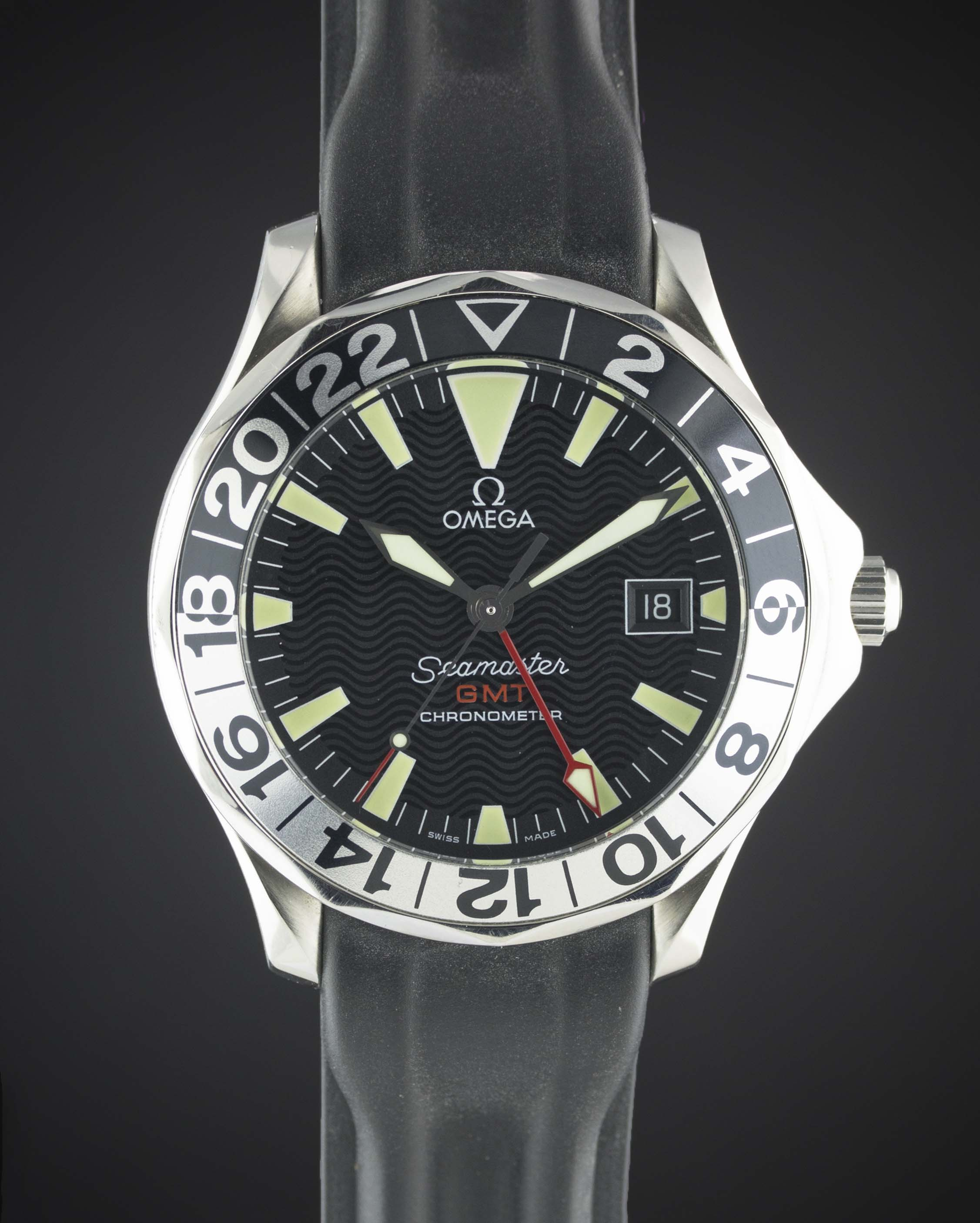 A GENTLEMAN'S STAINLESS STEEL OMEGA SEAMASTER GMT CHRONOMETER WRIST WATCH...