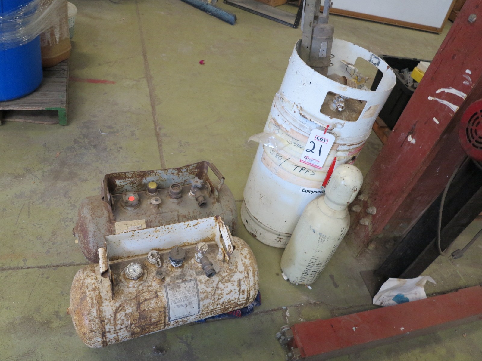 Lot 21 - LOT - (3) PROPANE TANKS AND (1) GAS CYLINDER