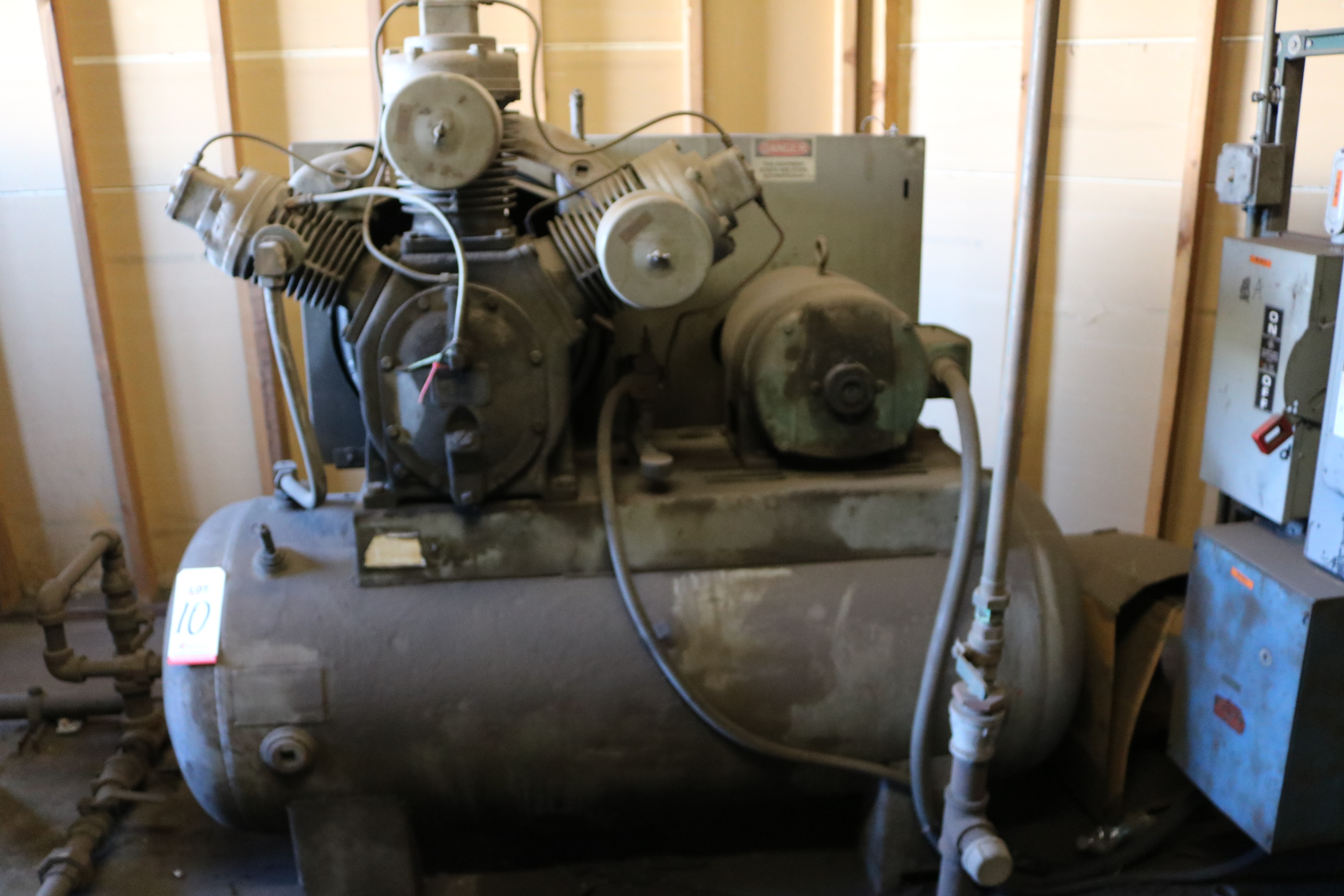 Lot 10 - 3-STAGE TANK MOUNTED 10HP AIR COMPRESSOR